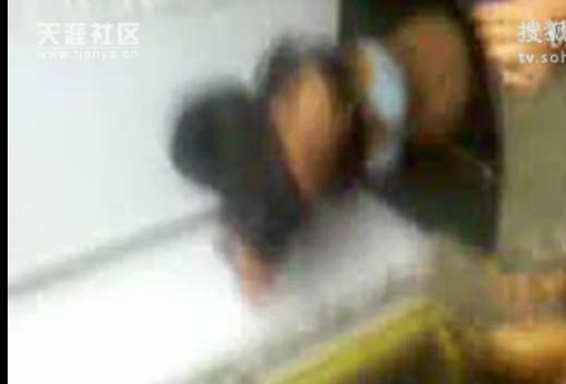 浪逼女生求着几个男人同时操她_【组图】女生被逼当众脱衣拍视频 网民\