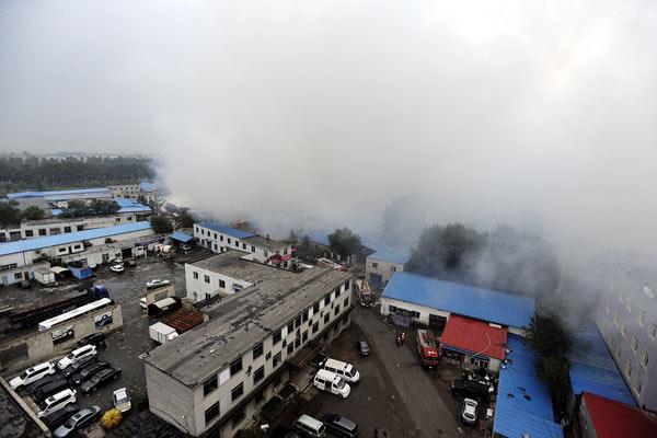 沈阳化工厂爆炸现场蘑菇云腾空而起疑雷电引起/组图