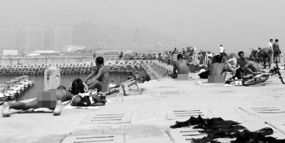 男女集体裸晒女游客被臊红脸 世界裸晒海滩盘点/组图