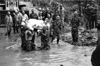 白鹤滩泥石流 暴雨引发泥石流水电站施工人员遭殃/图