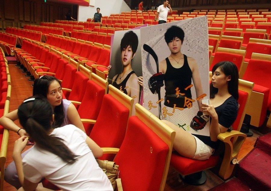 2011年8月19日,北京,李天一举行假期音乐会,几名女生在台下举着李天一