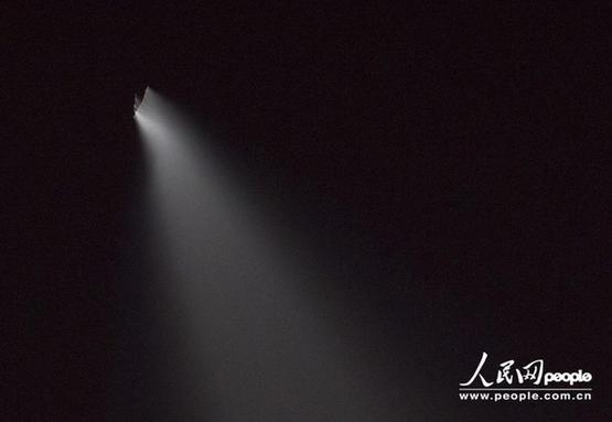 北京时间2013年5月13日20:46:24,湖北省恩施市区上空突然出现一不明飞行物,仅出现几秒钟就消失在黑暗中。该飞行物呈V字形,边缘略显红色,放射出超长光亮,光亮照射处可清晰的看出该物体正在向天空中喷出气体,形成云雾状分散开来。(李黎/东方IC )