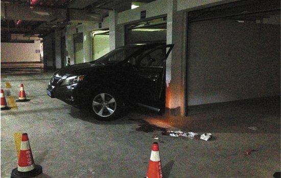 妻子倒车撞死丈夫 自己头探窗外被夹致死(图)