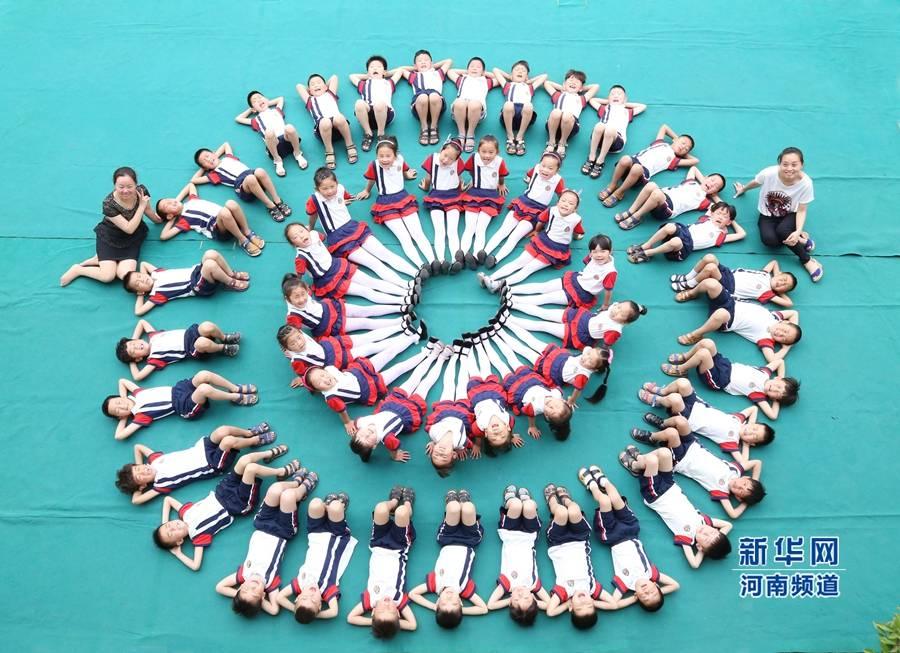 温县一幼儿园拍摄创意毕业照 定格美好童年