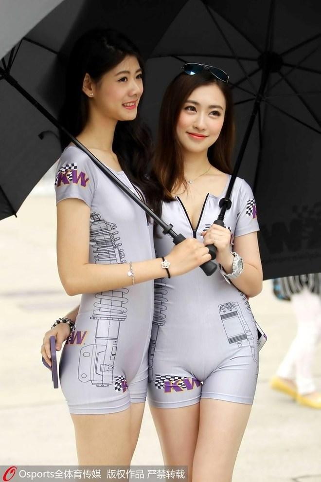 中国房车锦标赛:性感车模紧身衣赛道抢镜