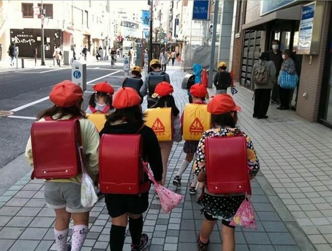 日本小学生书包5千1个何方神圣 避地震躲车祸能漂浮