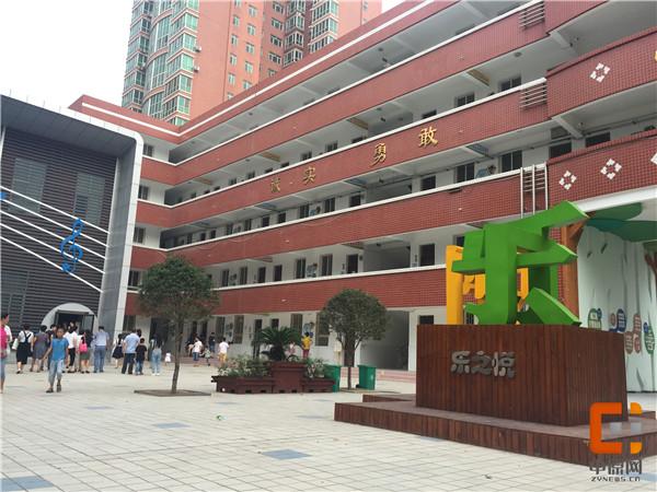 东关小学校园内家长带领孩子报名-寻宝 拼图 绘本 才艺秀,今年郑州的