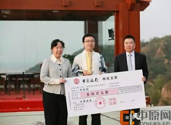 陈泽兰和张瀛岑为冠军郑惟桐颁发奖杯和奖金