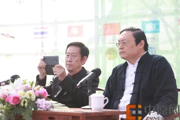 现场嘉宾河南大学教授王立群正在手机拍摄