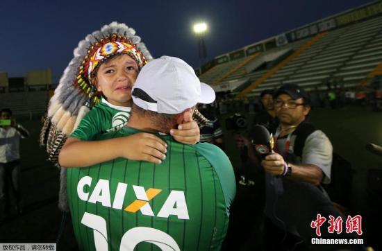 一对沙佩科恩斯队的父子球迷参加球队悼念活动,小球迷泪流满面。28日晚10时许,沙佩科恩斯队乘坐的包机在麦德林附近坠毁。该队此行是为了进行南美杯决赛首回合比赛,比赛对手为哥伦比亚民族竞技队。南美杯为解放者杯之外的南美第二大洲际赛事。