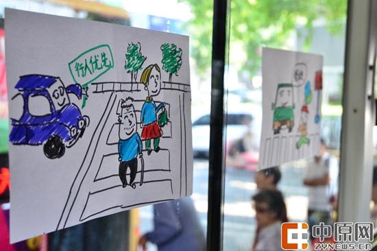 长画漫画 倡导斑马线上礼让行人