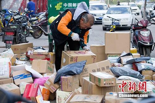 资料图:11月2日,山西太原,物流工作人员正在分拣快递。<a target='_blank' href='http://www.chinanews.com/'></table>中新社</a>记者 张云 摄