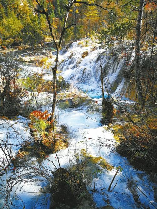 林间小瀑。