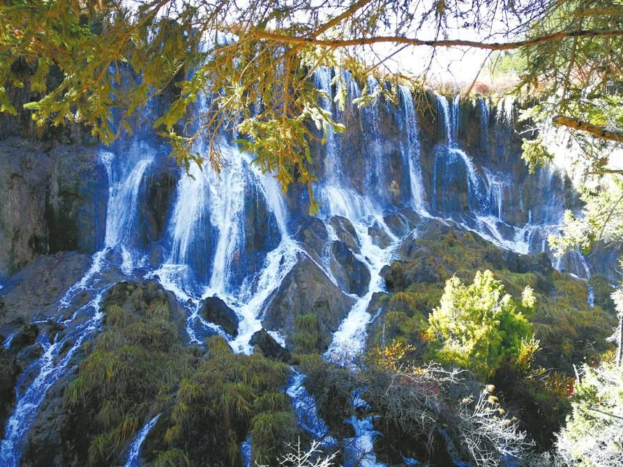 诺日朗瀑布仍然气势非凡。