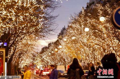 巴黎蒙田大道的圣诞节灯饰。