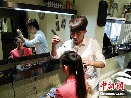 一位艺考生在造型室化妆。<a target='_blank' href='http://www.chinanews.com/' >中新网</a>记者 宋宇晟 摄