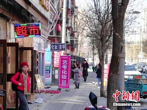学校附近的艺考化妆店。<a target='_blank' href='http://www.chinanews.com/' >中新网</a>记者 宋宇晟 摄