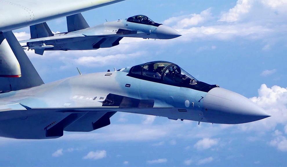5月11日,空军苏-35战机与轰-6K战机编队飞行。 新华社发(刘锐 摄)