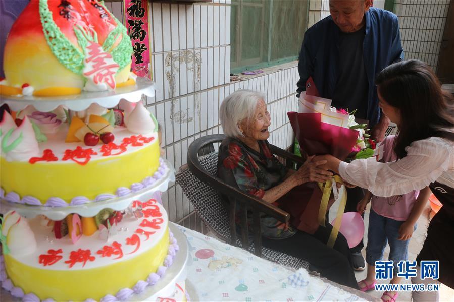 #(社会)(2)河北广平:102岁老人喜增寿 五世同堂齐祝贺