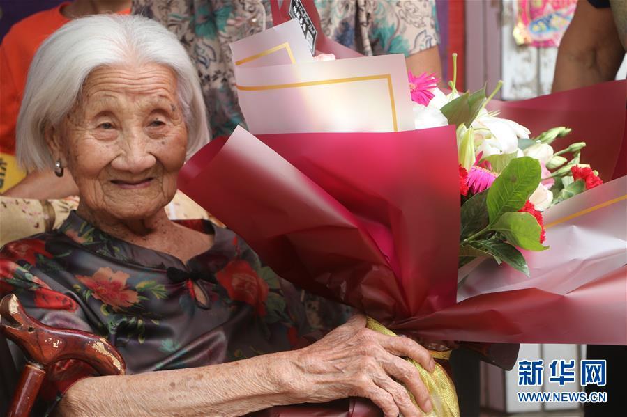 #(社会)(3)河北广平:102岁老人喜增寿 五世同堂齐祝贺