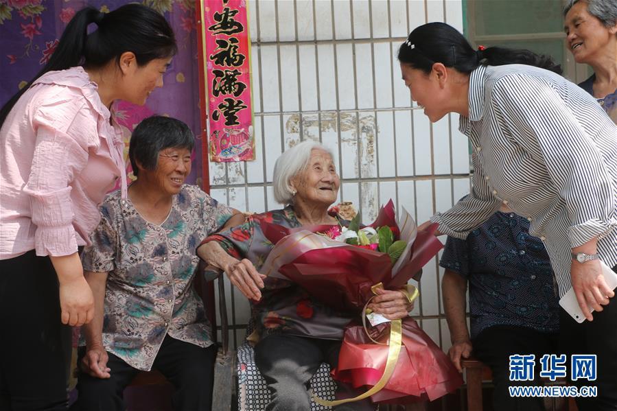 #(社会)(4)河北广平:102岁老人喜增寿 五世同堂齐祝贺