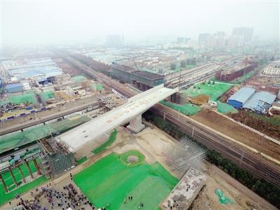 """郑州""""大四环""""首个转体桥上跨陇海铁路 开启四环线连续梁施工建设的先河"""