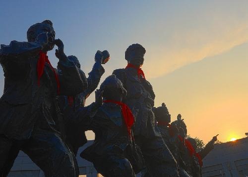 (27)晨曦下,雷锋塑像闪耀出红色光芒-河宁 摄.jpg