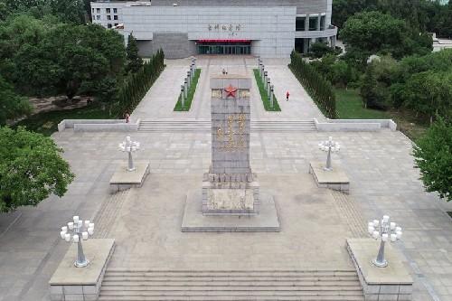 (65))俯瞰雷锋纪念碑和纪念馆-河宁 摄.jpg